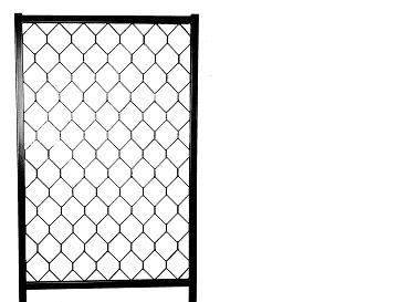 Artnr:91510 - Höjd:1700mm - Bredd:1025mm Redskapsgallret finns i tre olika höjder och kan kombineras oavsett höjderna. Höjdmåttet anger måttet från marknivå när gallret är monterat. Redskapsgallrets ben är rostskyddsbehandlade invändigt. Pulverlack med UV-beständig färg.